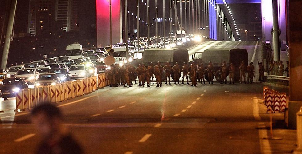 L'esercito turco blocca il passaggio sul ponte sul Bosforo a Istanbul, 15 luglio 2016 Gokhan Tan/Getty Images)